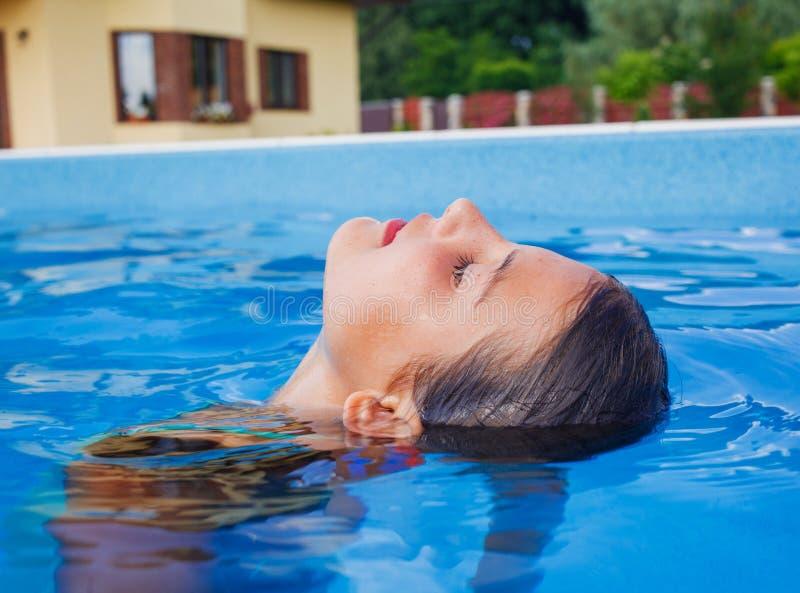Nadadas divertidas de la muchacha. fotos de archivo libres de regalías