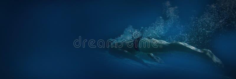 Nadador apto que treina só imagens de stock royalty free
