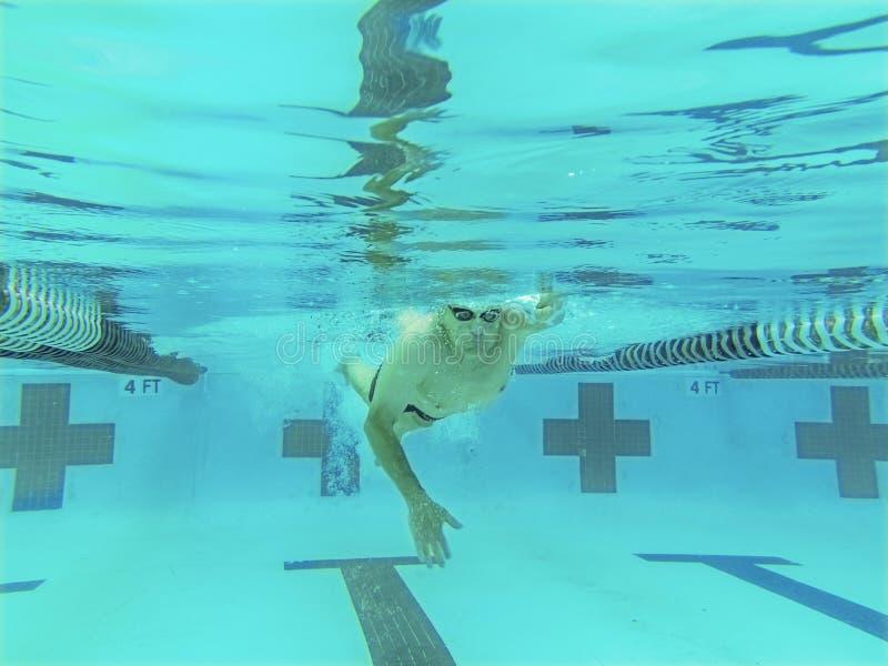 Nadador competitivo das pessoas de 76 anos imagem de stock royalty free