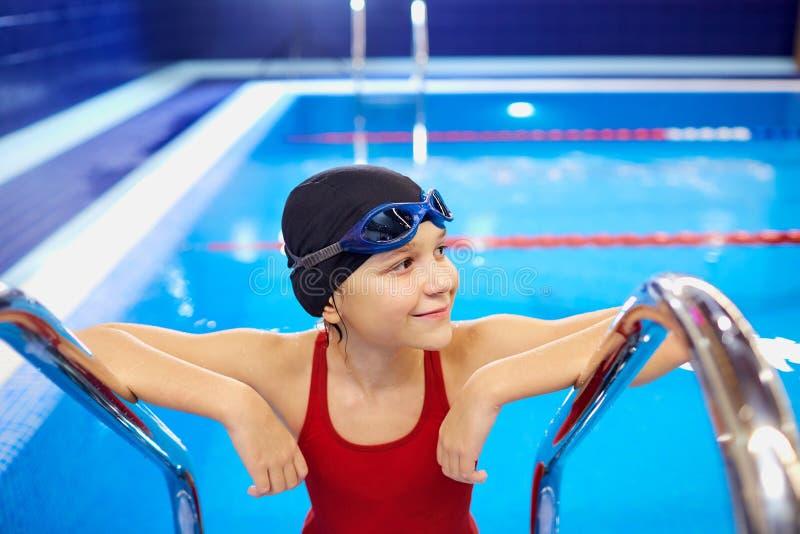 Nadador de la muchacha del niño del niño en la piscina imagen de archivo libre de regalías