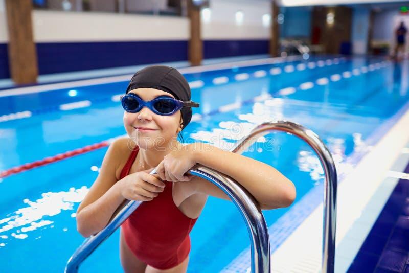 Nadador de la muchacha del niño del niño en la piscina fotografía de archivo libre de regalías