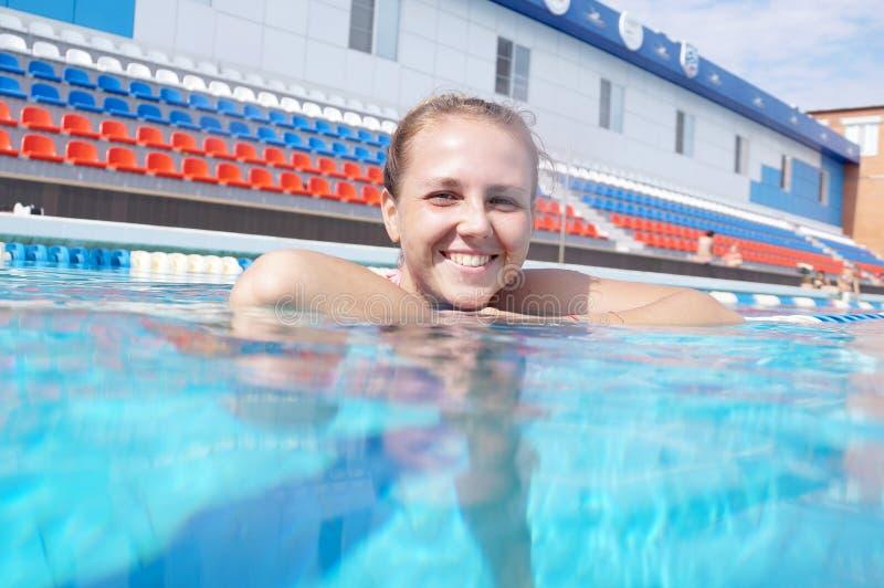 Nadador de la muchacha en la piscina fotos de archivo libres de regalías