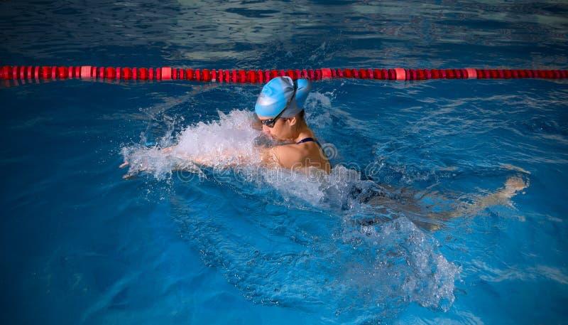 Nadador de la mujer joven imagenes de archivo