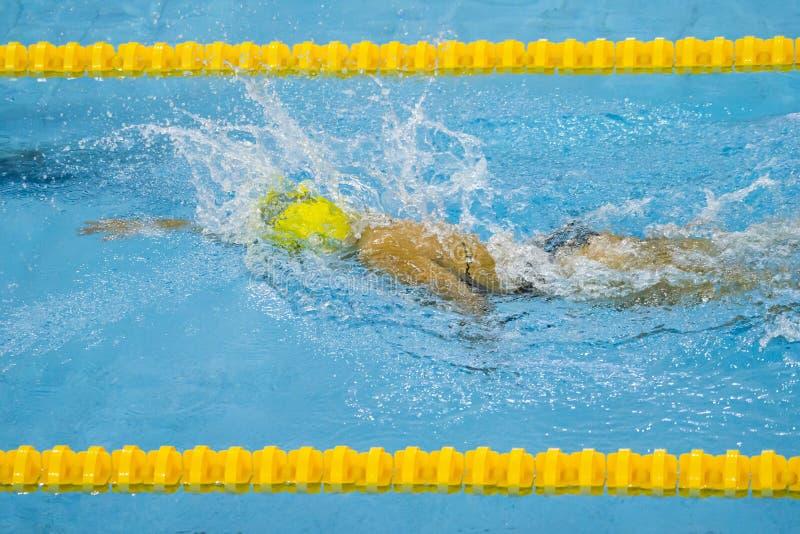 Nadador de la mujer joven en piscina azul fotos de archivo libres de regalías