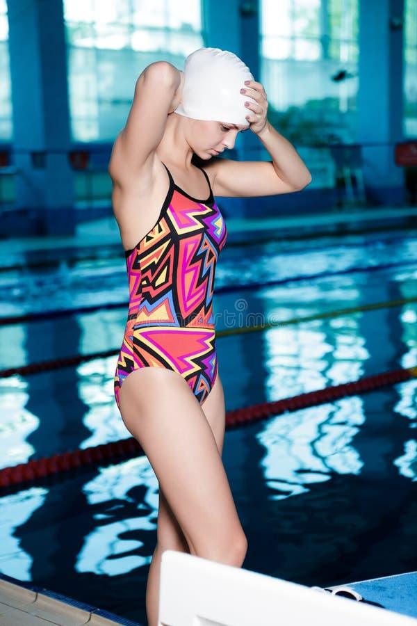 Nadador de la mujer listo para nadar foto de archivo
