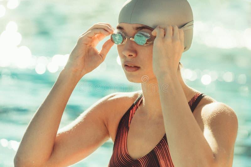 Nadador de sexo femenino antes de la nadada fotografía de archivo libre de regalías