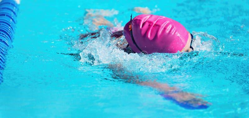 Nadador de sexo femenino en una piscina al aire libre fotos de archivo libres de regalías