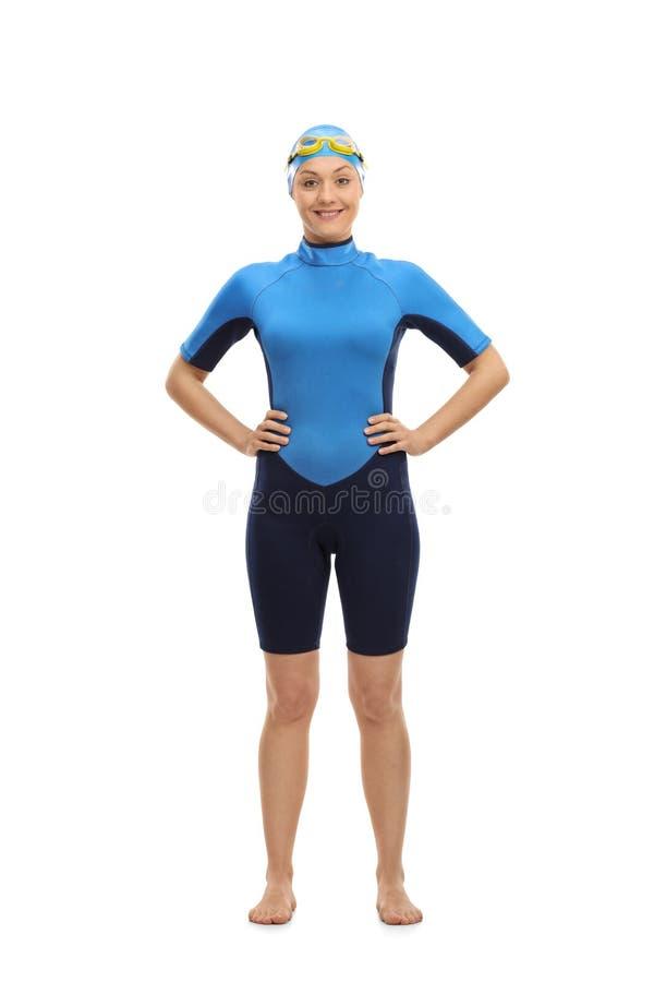 Nadador de sexo femenino que mira la cámara y la sonrisa imagen de archivo libre de regalías