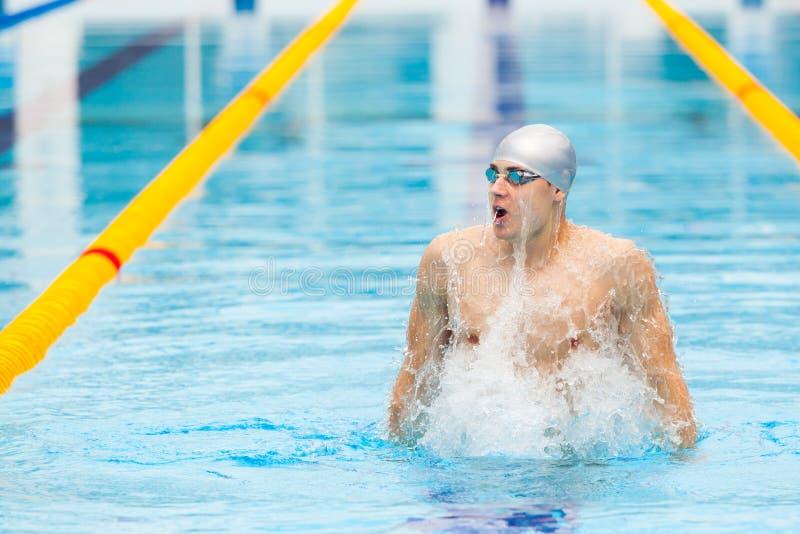 Nadador dinámico y apto en la ejecución de respiración del casquillo saltando el agua, concepto de victoria, libertad, felicidad fotos de archivo libres de regalías