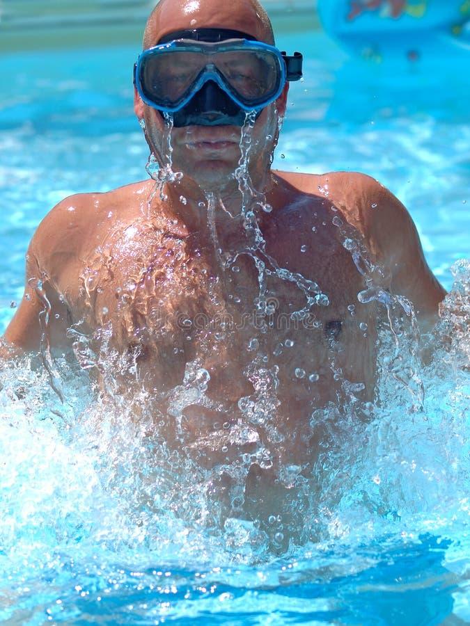 Nadador en el agua fotografía de archivo libre de regalías