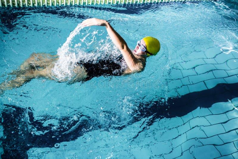 Nadador fêmea apto que faz o curso traseiro foto de stock