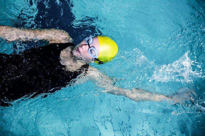 Nadador fêmea apto que faz o curso traseiro imagem de stock royalty free