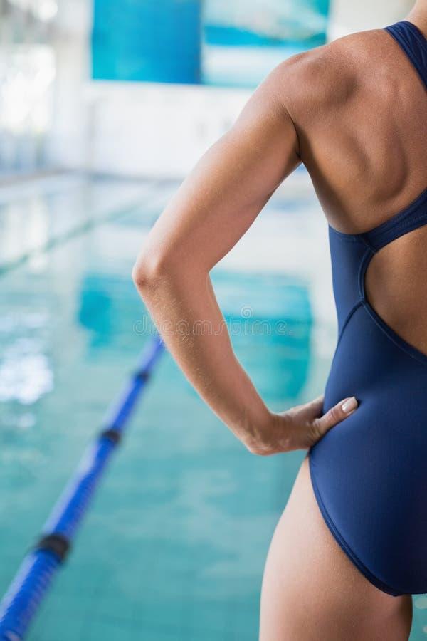 Nadador fêmea colhido pela associação no centro do lazer imagem de stock royalty free