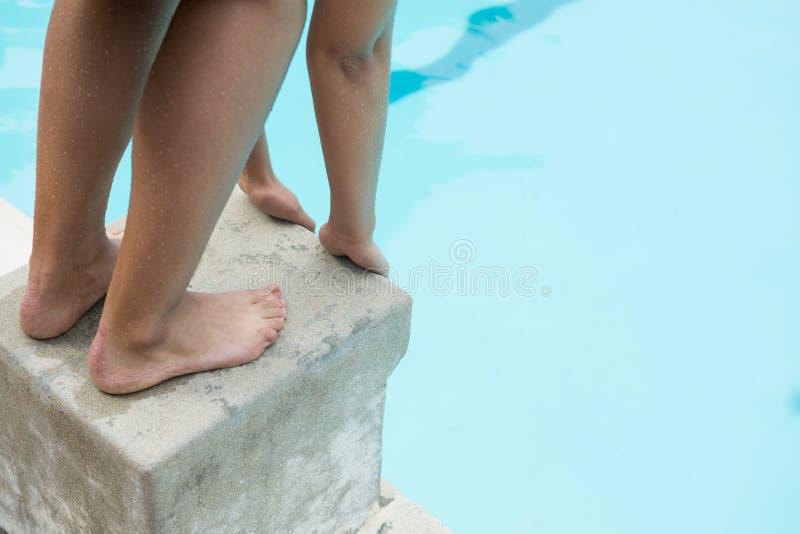 Nadador fêmea que prepara-se para mergulhar na associação imagem de stock