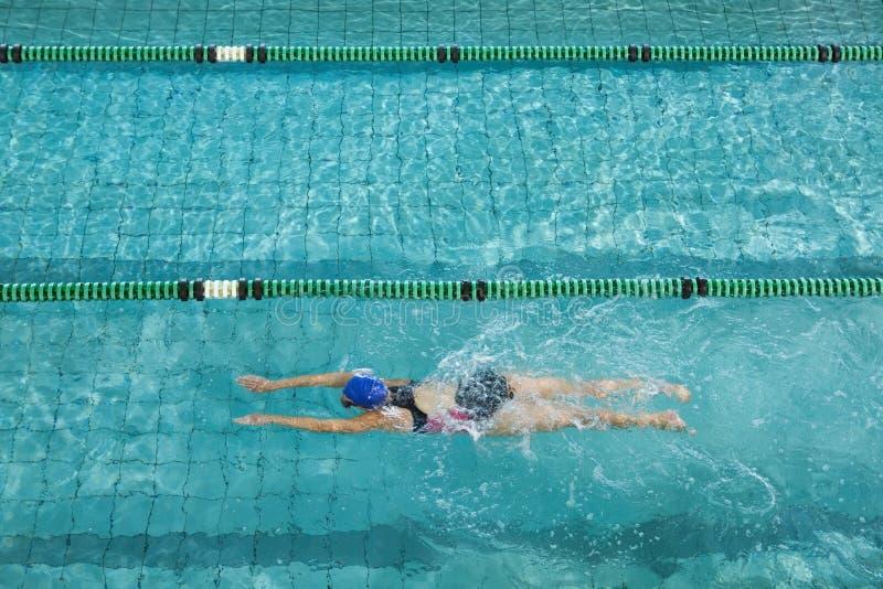 Nadador fêmea que treina só imagens de stock royalty free