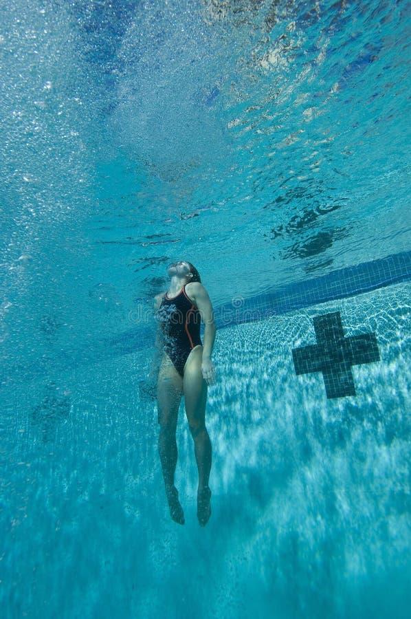 Nadador fêmea subaquático fotografia de stock royalty free