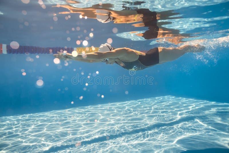 Nadador no estilo do rastejamento subaquático fotos de stock royalty free