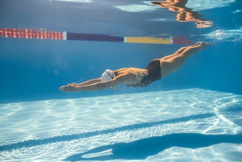 Nadador no estilo do rastejamento subaquático imagens de stock