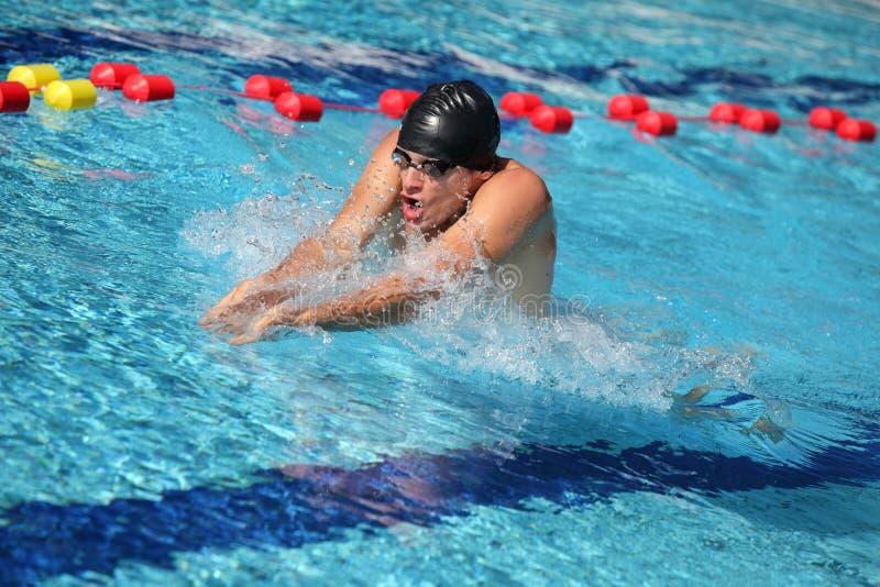 Nadador no tampão que respira executando os bruços foto de stock royalty free
