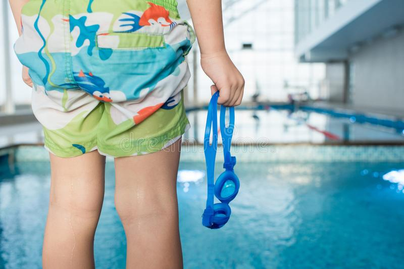 Nadador pequeno Holding Goggles imagens de stock royalty free