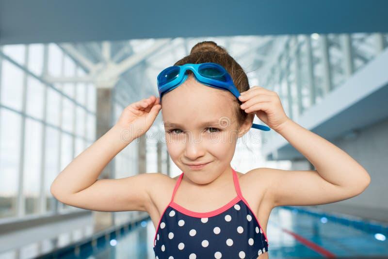 Nadador pequeno Posing para a fotografia foto de stock