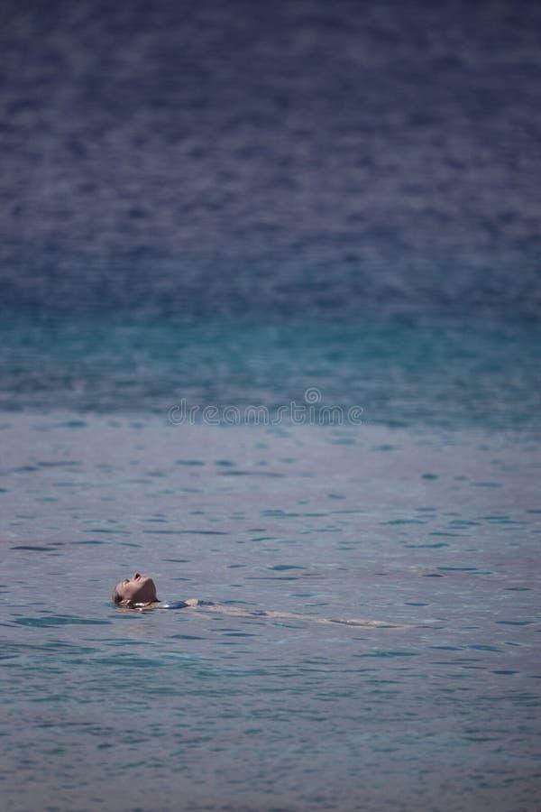 Nadador que flutua na água fotos de stock royalty free