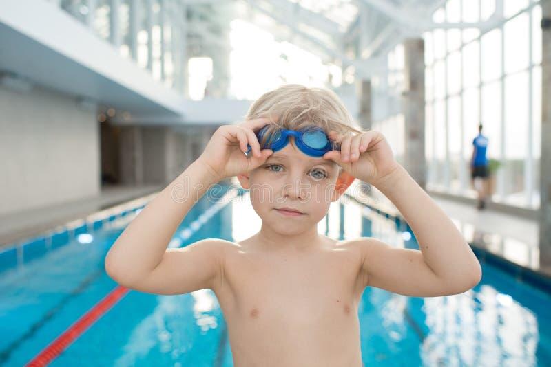 Nadador seguro sério que põe sobre óculos de proteção imagens de stock
