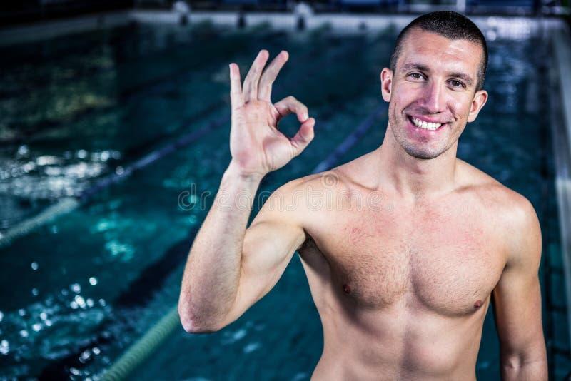 Nadador sonriente apto que gesticula la muestra aceptable fotos de archivo libres de regalías