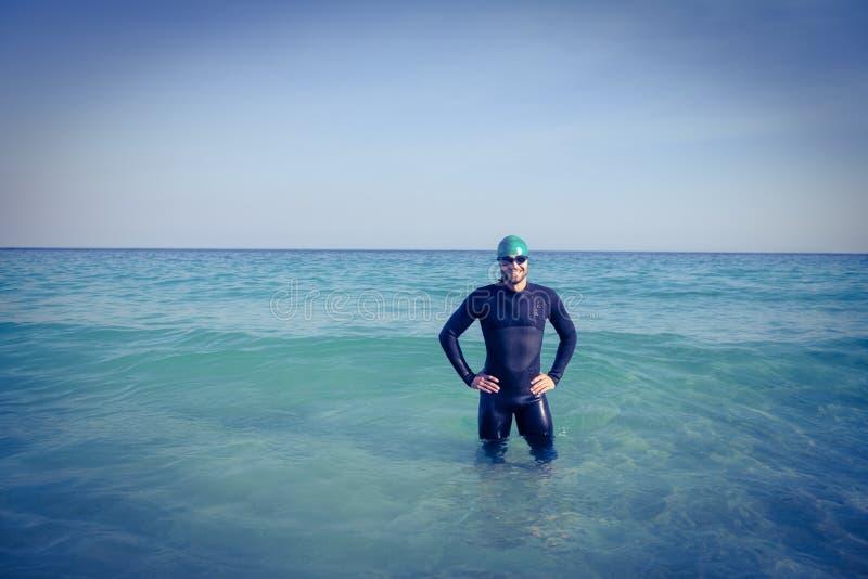 Nadador sonriente en el océano fotografía de archivo libre de regalías