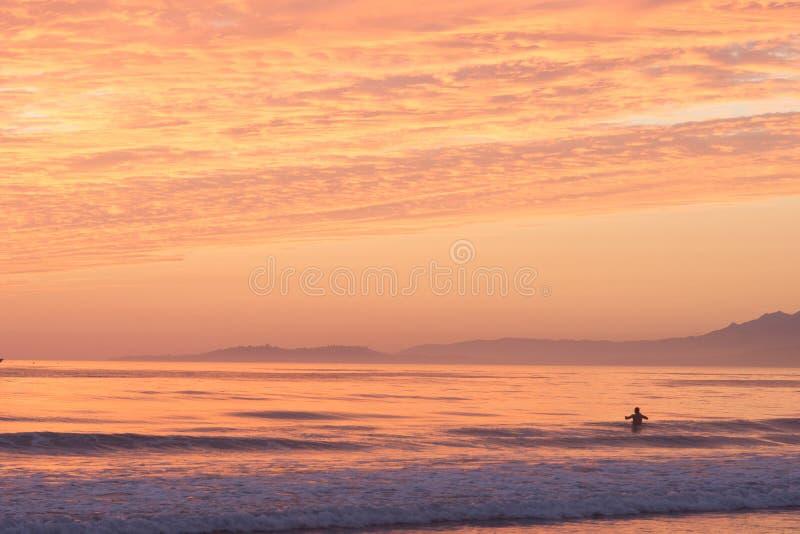 Nadador Sunset del océano imagenes de archivo