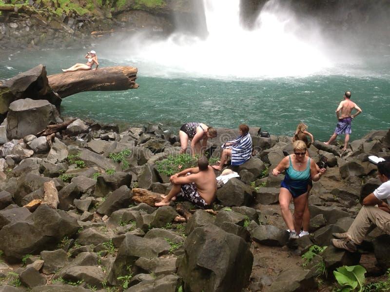 Nadadores, cascada de Fortuna del La, Costa Rica imagen de archivo libre de regalías