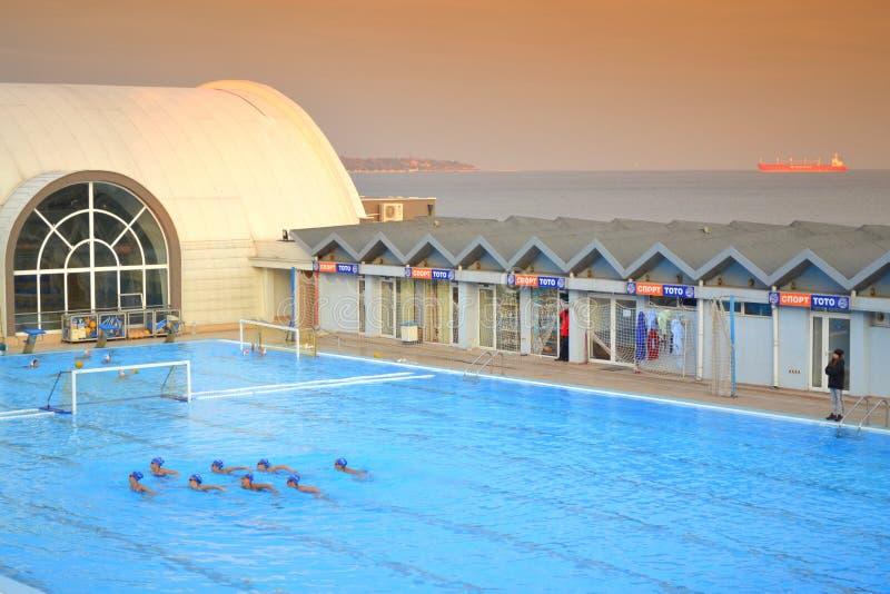 Nadadores sincronizados al aire libre de la piscina imagenes de archivo