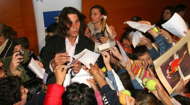Nadal omgav av ungar som frågar för autografer arkivbilder