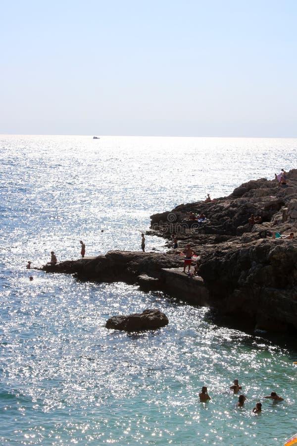 Nadando no mar de adriático perto dos Pula, Croácia fotografia de stock