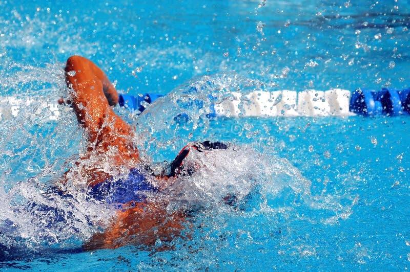 Nadar no waterpool com wate azul imagem de stock