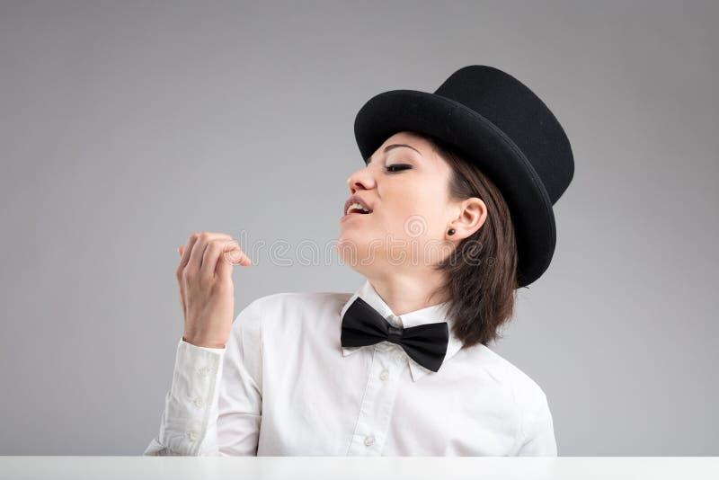 Nadaremna kobieta w odgórnym kapeluszu ono pokazuje daleko obraz stock