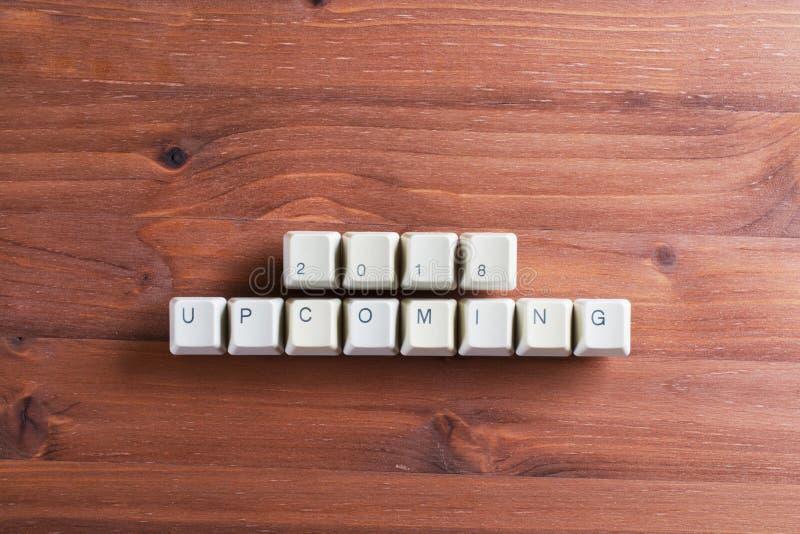 Nadchodzący nowy rok 2018 na komputerowych klawiaturowych kluczach zapina na drewnie zdjęcie royalty free