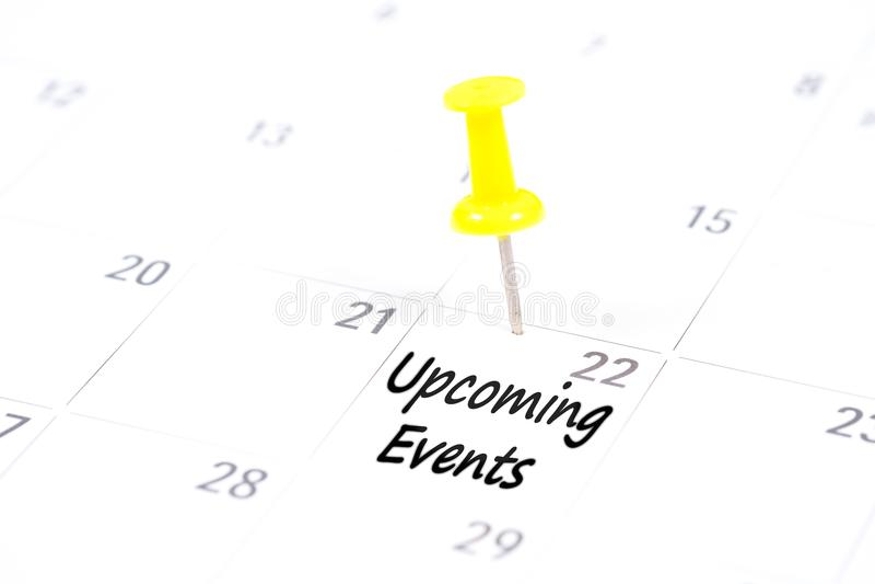 Nadchodzący wydarzenia pisać na kalendarzu z żółtą pchnięcie szpilką fotografia stock