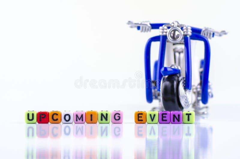 NADCHODZĄCY wydarzenia słowa miniatury i bloku motocyklu pojęcie obrazy stock