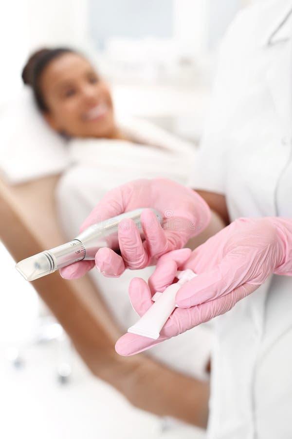 Nadel mesotherapy lizenzfreie stockbilder
