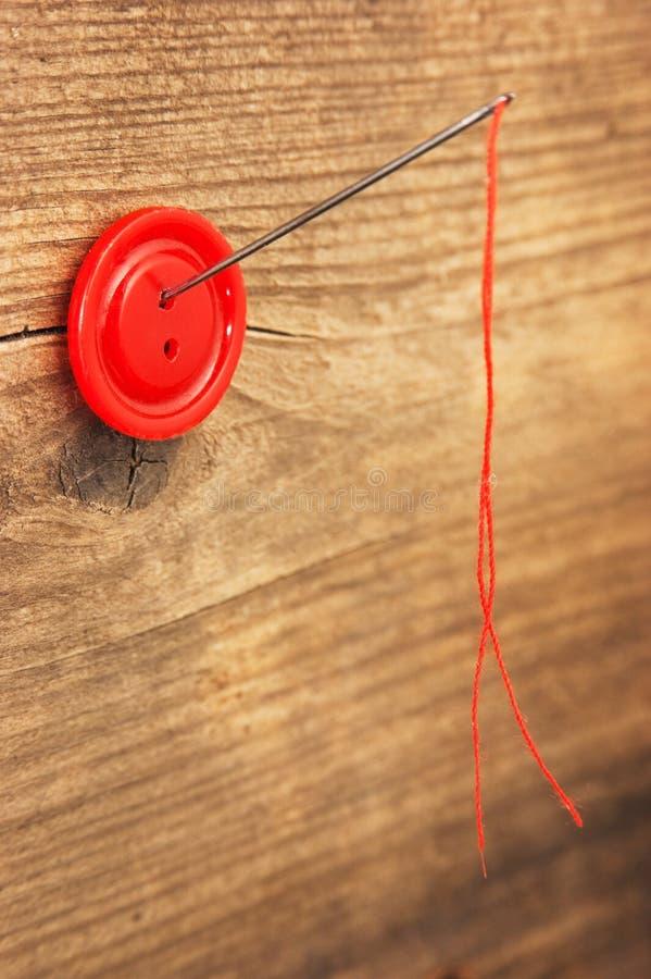 Nadel und ein Knopf lizenzfreies stockfoto
