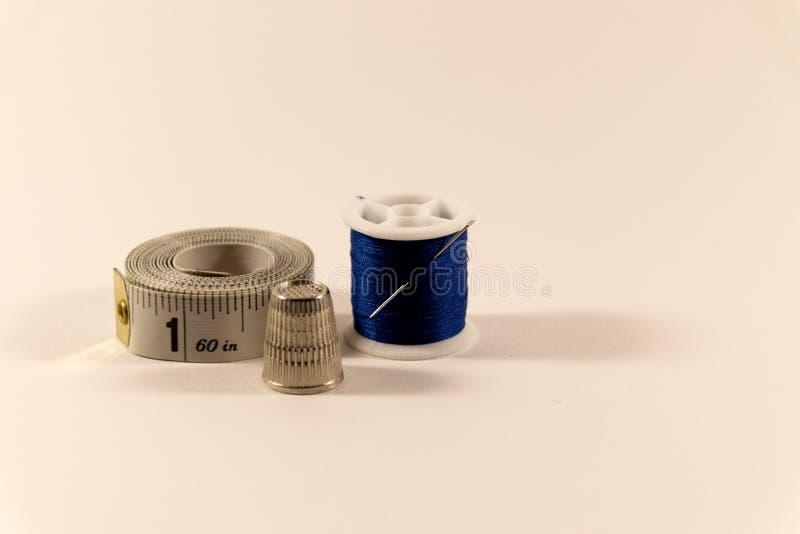 Nadel und Faden, Muffe und messendes Band stockbild