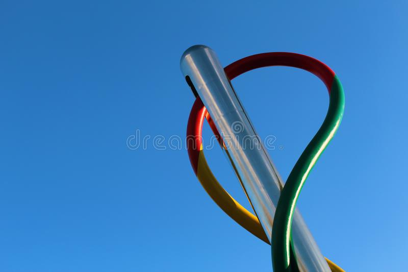 Nadel und Thread lokalisiert gegen blauen Himmel stockfotos