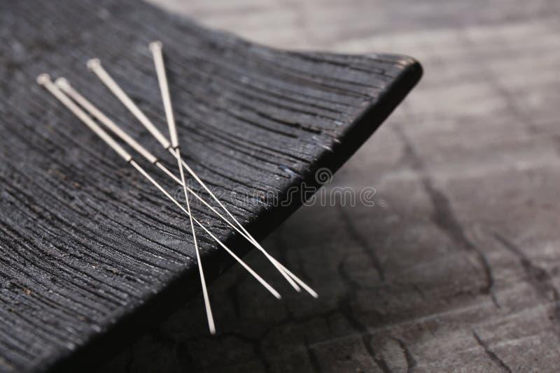 Nadeln für Akupunktur und speziellen Stand stockfotografie