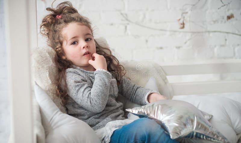 Nadenkend gezicht bij het kind stock fotografie