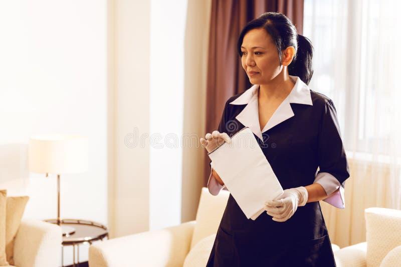 Nadenkend hotelpersoneel die klaar voor het werk zijn royalty-vrije stock foto