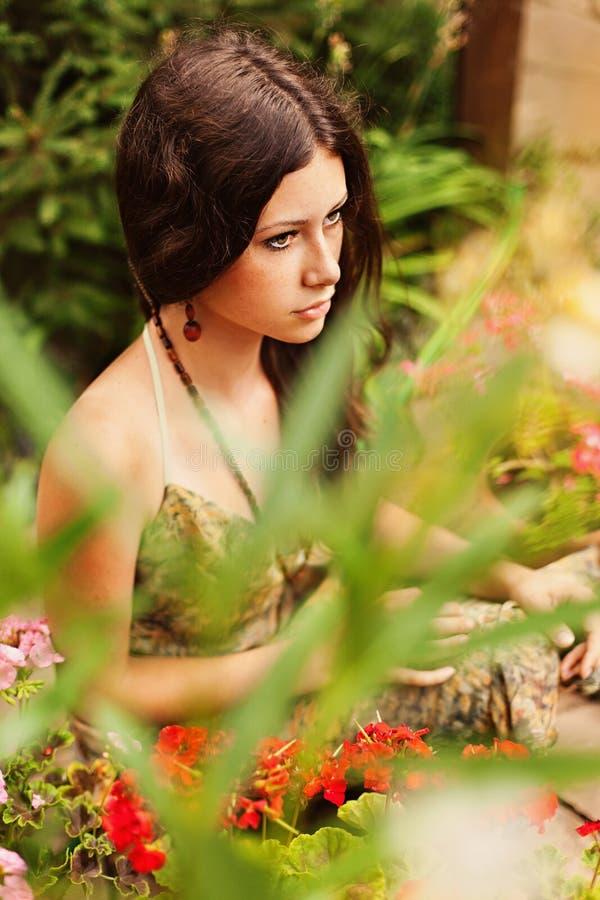 Nadenkend jong meisje met bruin haar stock afbeelding