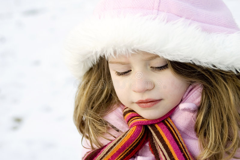 Nadenkend jong meisje met parka in de sneeuw royalty-vrije stock afbeeldingen