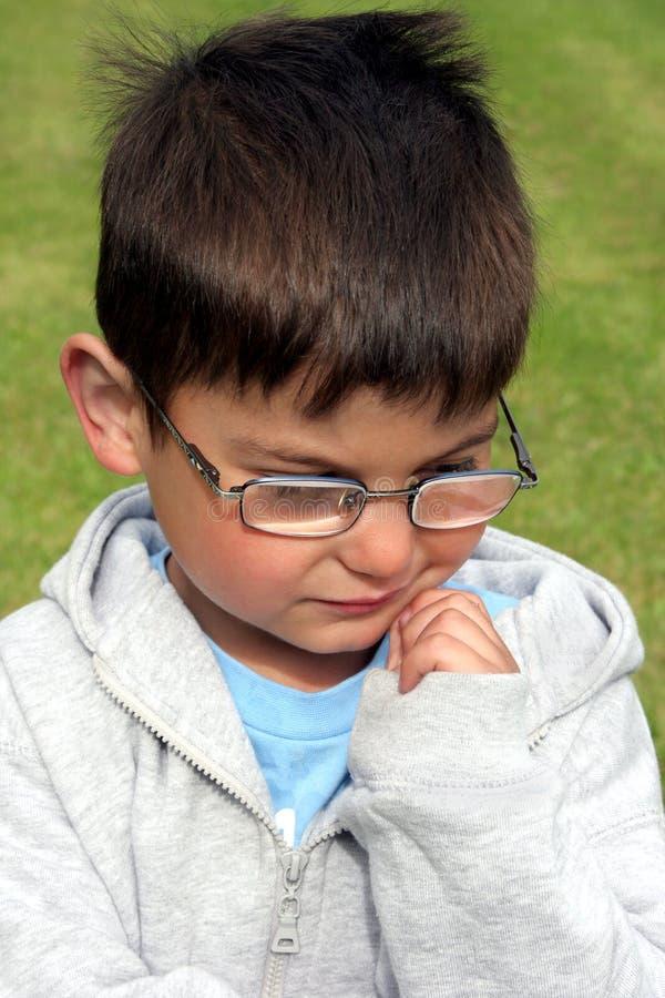 Nadenkend Little Boy royalty-vrije stock afbeelding