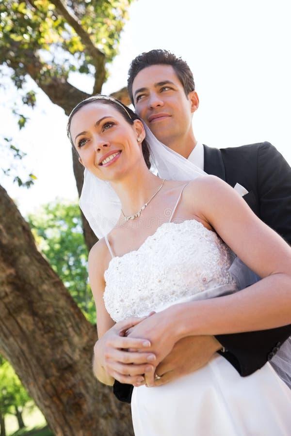 Nadenkend onlangs wed paar die zich in tuin bevinden royalty-vrije stock fotografie